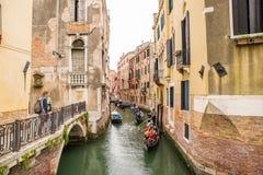 有长平底船的一条小运河在威尼斯,意大利 图库摄影