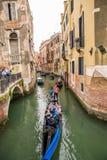 有长平底船的一条小运河在威尼斯,意大利 库存图片