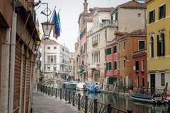 有长平底船的传统运河街道在威尼斯,意大利 免版税图库摄影