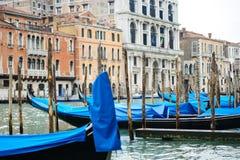 有长平底船的传统运河街道在威尼斯,意大利 库存图片