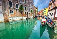 有长平底船的壮观的狭窄的运河在威尼斯,意大利,欧洲 免版税库存图片