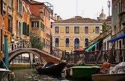 有长平底船的威尼斯式城市运河,桥梁 免版税库存照片