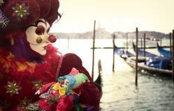 有长平底船的威尼斯式狂欢节小丑 库存图片