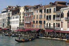 有长平底船的威尼斯江边在Rialto附近 免版税图库摄影