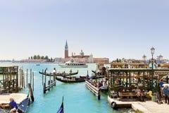 有长平底船的平底船的船夫在威尼斯和圣乔治Maggiore教会海  免版税库存照片