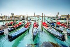 有长平底船的平底船的船夫在威尼斯 免版税图库摄影