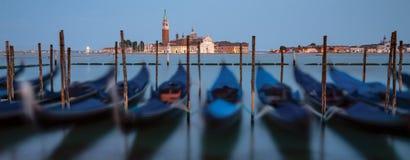 有长平底船的港口在威尼斯在晚上 免版税库存照片
