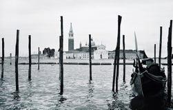 有长平底船的码头 免版税库存照片