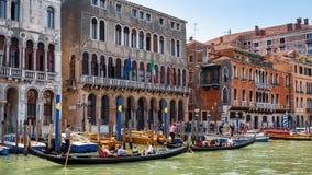有长平底船的街道在大运河在威尼斯 库存照片