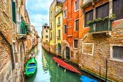 有长平底船的运河,威尼斯,意大利 库存图片