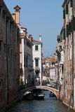 有长平底船的,威尼斯,意大利风景运河 免版税库存图片