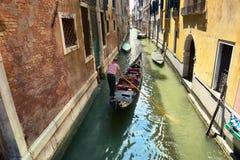 有长平底船的,平底船的船夫,威尼斯,意大利风景运河 图库摄影