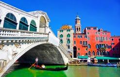 有长平底船的Rialto桥梁在底下在威尼斯,意大利 库存图片