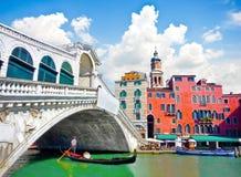 有长平底船的Rialto桥梁在桥梁下在威尼斯,意大利 库存图片