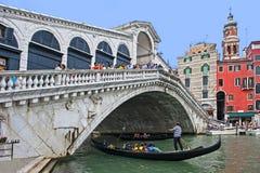 有长平底船的Rialto桥梁 库存照片
