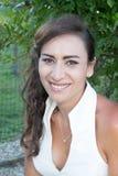 有长期佩带经典白色上面的平直的黑发的妇女 免版税库存照片