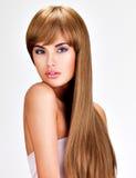 有长期平直的棕色头发的美丽的印地安妇女 图库摄影
