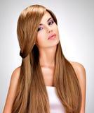 有长期平直的棕色头发的美丽的印地安妇女 库存图片