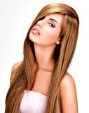 有长期平直的棕色头发的美丽的印地安妇女 免版税库存图片