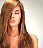 有长期平直的棕色头发的美丽的印地安妇女 免版税库存照片