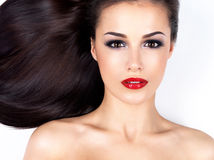 有长期平直的棕色头发的美丽的妇女 免版税库存图片