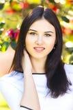 有长期摆在雀鳝的平直的黑发的年轻美丽的妇女 免版税库存照片