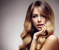 有长期的美丽白肤金发的妇女,健康,直接和发光的头发 免版税图库摄影