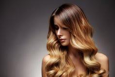 有长期的美丽白肤金发的妇女,健康,直接和发光的头发 免版税库存图片