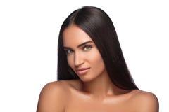 有长期看照相机的平直的棕色头发的俏丽的妇女,隔绝在白色背景 库存照片