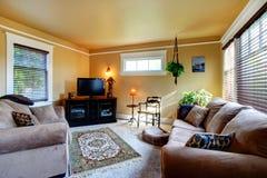 有长沙发和电视的舒适客厅 免版税库存图片