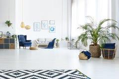 有长沙发的客厅 免版税库存图片