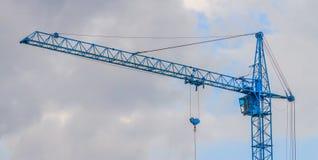 有长的三角帆的蓝色大厦起重机 免版税库存照片