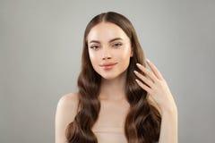 有长的健康头发、清楚的皮肤和手的完善的妇女有被修剪的钉子的 皮肤护理和护发概念 免版税库存照片