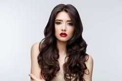 有长的卷发的深色的亚裔女孩 库存照片