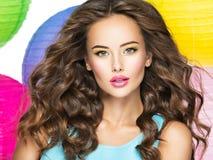 有长的卷发的美丽的俏丽的妇女 库存图片