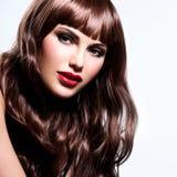 有长的卷发的美丽的深色的妇女 图库摄影
