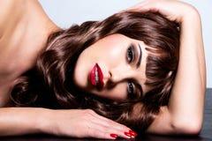 有长的卷发的美丽的深色的妇女 库存图片