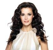 有长的卷曲发型的美丽的深色的妇女 库存照片