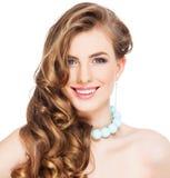 有长的卷曲棕色头发的美丽的妇女 库存图片