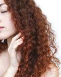 有长的卷曲红色头发的少妇 库存图片