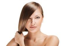 有长的发光的头发的美丽的少妇 免版税图库摄影