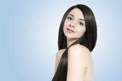 有长的发光的头发的美丽的深色的妇女 免版税库存图片