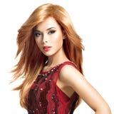 有长的发型的美丽的白肤金发的妇女 免版税库存照片