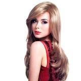 有长的发型的美丽的白肤金发的妇女 免版税库存图片