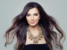 有长的吹的头发的年轻完善的西班牙式样妇女 免版税库存照片