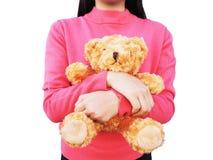 有长的头发的亚裔女孩和在她的胳膊holdin的棕色玩具熊 免版税库存照片