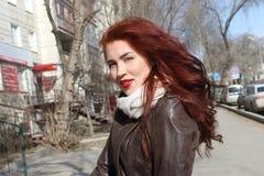 有长的头发的俏丽的妇女在皮夹克 免版税库存图片
