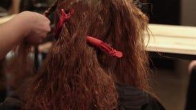 有长的头发的妇女在得到吹风机的美容院 股票视频