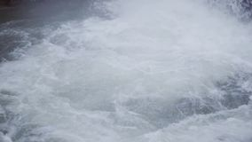 有长的头发的年轻赤裸人在河游泳在瀑布下 股票视频
