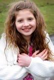有长的头发的微笑的青春期前的女孩 库存图片